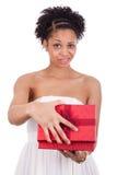 Mujer afroamericana joven decepcionada que abre una caja de regalo Imagen de archivo libre de regalías