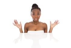 Mujer afroamericana joven del retrato - blanco y negro - isolat imagenes de archivo