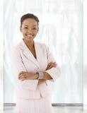 Mujer afroamericana joven feliz en pasillo de la oficina Fotos de archivo