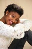 Mujer afroamericana joven feliz que se relaja Fotos de archivo libres de regalías