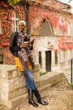 Mujer afroamericana joven moderna al aire libre Fotografía de archivo libre de regalías