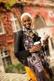 Mujer afroamericana joven moderna al aire libre Fotos de archivo