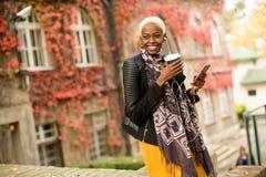 Mujer afroamericana joven moderna al aire libre Foto de archivo