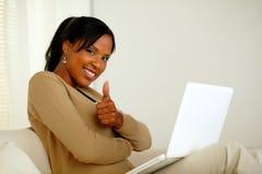 Mujer afroamericana joven positiva que le mira Fotografía de archivo libre de regalías