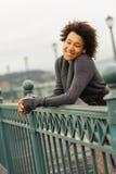Mujer afroamericana joven que camina en el embarcadero Imagen de archivo libre de regalías