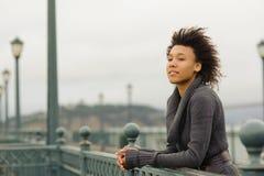 Mujer afroamericana joven que camina en el embarcadero Fotos de archivo libres de regalías
