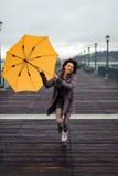 Mujer afroamericana joven que camina en el embarcadero Imágenes de archivo libres de regalías