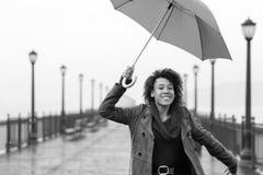 Mujer afroamericana joven que camina en el embarcadero Imagenes de archivo