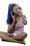 Mujer afroamericana joven que escucha la música foto de archivo libre de regalías