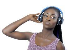 Mujer afroamericana joven que escucha la música imagen de archivo libre de regalías