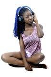 Mujer afroamericana joven que escucha la música fotografía de archivo