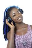 Mujer afroamericana joven que escucha la música fotografía de archivo libre de regalías