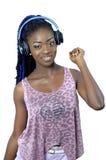 Mujer afroamericana joven que escucha la música fotos de archivo
