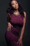 Mujer afroamericana joven que lleva el vestido rojo fotos de archivo libres de regalías