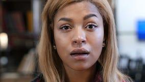 Mujer afroamericana joven que se pregunta en choque Imágenes de archivo libres de regalías