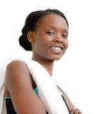 Mujer afroamericana joven que sonríe después de entrenamiento Fotos de archivo