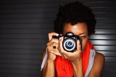 Mujer afroamericana joven que toma las fotos Imagen de archivo libre de regalías