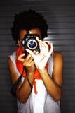Mujer afroamericana joven que toma las fotos Fotografía de archivo libre de regalías