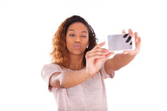 Mujer afroamericana joven que toma un selfie Foto de archivo