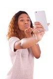 Mujer afroamericana joven que toma un selfie Imagen de archivo
