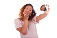 Mujer afroamericana joven que toma un selfie Imágenes de archivo libres de regalías