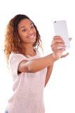 Mujer afroamericana joven que toma un selfie - autorretrato - B Imagen de archivo libre de regalías