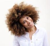 Mujer afroamericana joven sonriente con el pelo rizado Fotografía de archivo libre de regalías