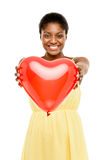 Mujer afroamericana linda que detiene a tarjetas del día de San Valentín rojas del corazón del globo Fotografía de archivo libre de regalías