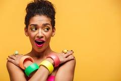 Mujer afroamericana magnífica en el adorno colorido que desconcierta Imágenes de archivo libres de regalías
