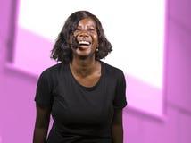 Mujer afroamericana negra acertada del empresario con las auriculares que hablan en auditorio en el acontecimiento o el seminario foto de archivo libre de regalías