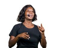 Mujer afroamericana negra acertada del empresario que habla en el seminario de entrenamiento corporativo del acontecimiento que d fotos de archivo