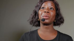 Mujer afroamericana negra atractiva y acertada joven del empresario que habla en el seminario de entrenamiento corporativo del ac almacen de metraje de vídeo