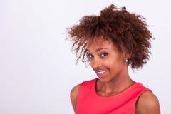 Mujer afroamericana negra con el pelo afro muy rizado Fotos de archivo