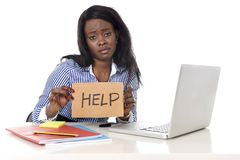 Mujer afroamericana negra de la pertenencia étnica en stress laboral en pedir ayuda imagen de archivo libre de regalías