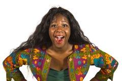 Mujer afroamericana negra feliz y atractiva joven en camisa elegante colorida que actúa enjo alegre sonriente juguetón y emociona fotografía de archivo libre de regalías