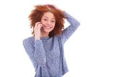 Mujer afroamericana negra joven que hace una llamada de teléfono en su SM Imagenes de archivo