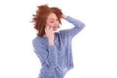 Mujer afroamericana negra joven que hace una llamada de teléfono en su SM Imágenes de archivo libres de regalías