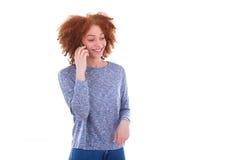 Mujer afroamericana negra joven que hace una llamada de teléfono en su SM Imagen de archivo