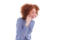 Mujer afroamericana negra joven que hace una llamada de teléfono en su SM Fotografía de archivo