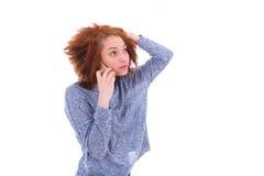 Mujer afroamericana negra joven que hace una llamada de teléfono en su SM Foto de archivo