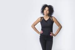 Mujer afroamericana que comtempla fotos de archivo libres de regalías