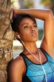 Mujer afroamericana que escucha la música en los auriculares fotografía de archivo libre de regalías