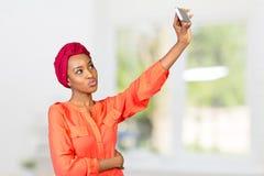 Mujer afroamericana que hace la foto del selfie Foto de archivo