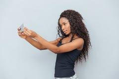 Mujer afroamericana que hace la foto del selfie Imagen de archivo libre de regalías