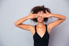 Mujer afroamericana que la cubre ojos Fotografía de archivo