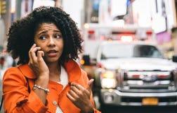 Mujer afroamericana que llama 911 en New York City Imágenes de archivo libres de regalías