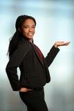 Mujer afroamericana que presenta con la palma para arriba Imagen de archivo