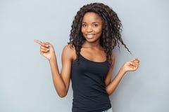 Mujer afroamericana que señala el finger lejos Imagen de archivo libre de regalías