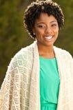 Mujer afroamericana que sonríe afuera Fotografía de archivo libre de regalías