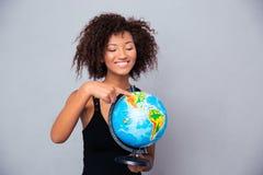 Mujer afroamericana que sostiene el globo Imagen de archivo libre de regalías